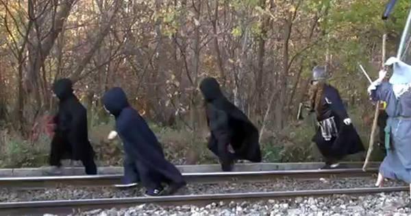 Galdalf polonês bloqueia trem para aliados fugirem - Notícias - R7 ...