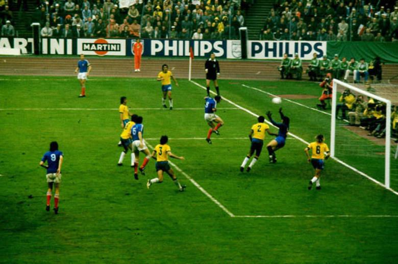 A camisa da Copa do Mundo de 1974 era praticamente a mesma de quatro anos antes. Mas o time estava longe de manter a mesma qualidade. Já sem Gérson, Carlos Alberto Torres, Clodoaldo, Tostão e Pelé, o time foi superado pela Holanda. Nem mesmo a inclusão das três estrelas acima do distintivo deram sorte ao uniforme
