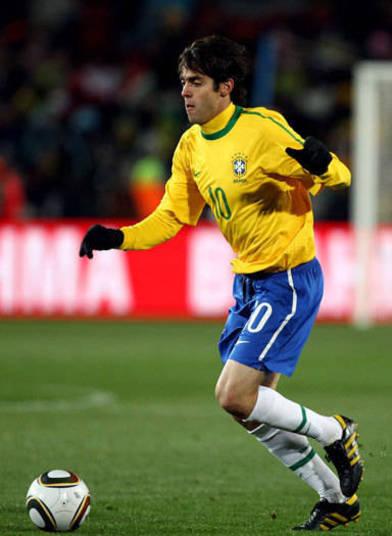 A seleção brasileira optou por um modelo mais básico para a primeira Copa na África do Sul. A camisa amarelinha tinha apenas uma fina listra verde na altura do ombro até a manga. O uniforme pode até ter feito sucesso, mas a equipe não foi muito longe. O time de Kaká caiu diante da Holanda ainda nas quartas de final