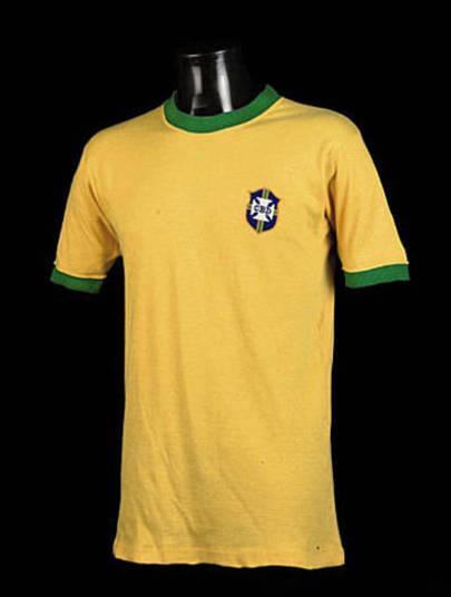 Os anos de 1970 marcaram uma verdadeira revolução no material esportivo. A elegante camisa da seleção brasileira utilizada na Copa no México ganhou um corte simples, com gola careca e punho em verde. Com o eterno camisa 10 no auge, a equipe se sagrou tricampeão diante da Itália