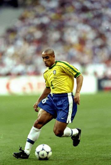 A grande novidade no uniforme para a Copa 1998 foi a quarta estrela na camisa. O modelo ganhou gola careca e retas verdes dos ombros até as mangas, como mostra a foto com o lateral-esquerdo Roberto Carlos. Foi a primeira vez que a seleção brasileira usou o uniforme da nova fornecedora de material esportivo em Mundiais. Terminou com o vice-campeonato diante da França de Zinedine Zidane