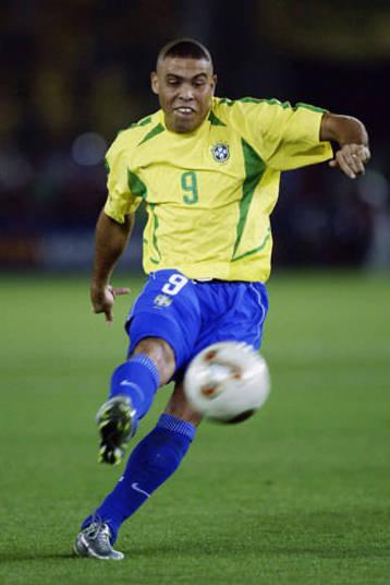 A amarelinha tinha um pouco mais de verde na Copa 2002. A seleção brasileira foi pentacampeã mundial com uma espécie de setas na camisa imortalizada por Ronaldo. O modelo, com outras cores, claro, também foi usado por outras equipes com patrocinadas pela mesma empresa de material esportivo