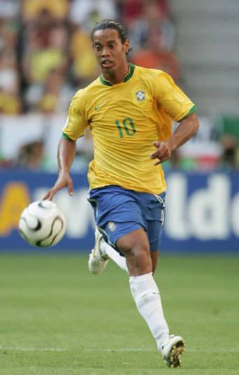 A camisa da Copa 2006 tinha uma gola um tanto inovadora. Com um corte ao melhor estilo Beatles e o escudo coberto por uma costura mais grossa, a equipe de Ronaldinho Gaúcho também não foi muito longe na Alemanha. O já carrasco Zidane fez o Brasil chorar mais uma vez para avançar à semifinal