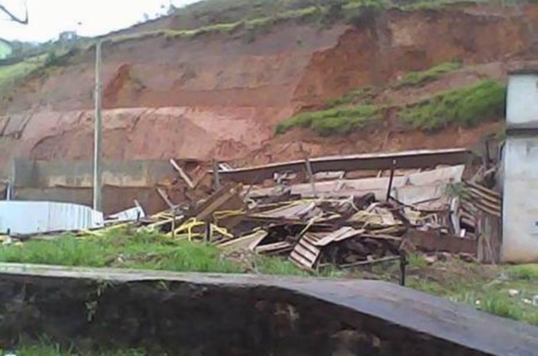 Perto dali, em Lima Duarte,um prédio de cinco andares que já estava ameaçado desabou após um temporal