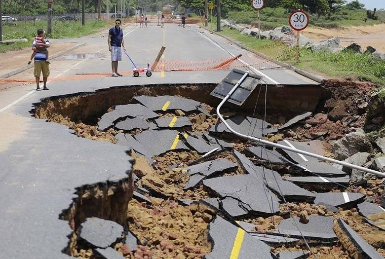 Trecho da rodovia litorânea ES-010, que liga Vitória à Nova Almeida, no Espírito Santo, é visto completamente destruído pelas chuvas