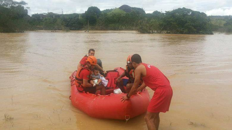 As nove pessoas, incluindo uma gestante e quatro crianças, estavam ilhadas há pelo menos quatro dias, informaram os bombeiros