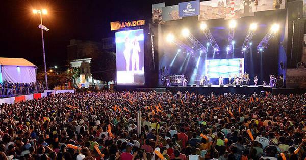 Primeiro dia do Réveillon Salvador 2014 atrai 85 mil pessoas, diz PM