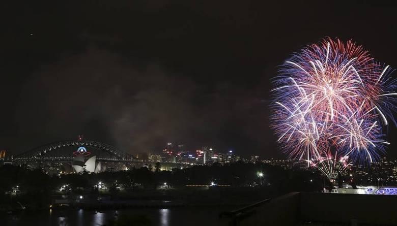 Na Austrália já é 2014. Fogos explodem próximo a Harbor Bridge e Opera House durante a festa de Ano-Novo, em Sidney