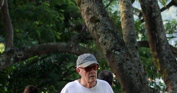 Aos 69 anos, Ney Latorraca mostra cansaço em dia de caminhada ...