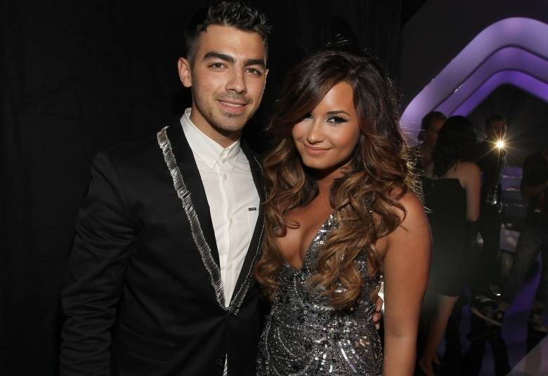 Ex-namorados, Joe Jonas e Demi Lovato mantinham uma boa relação mesmo  após o fim do romance. O problema entre eles surgiu após o cantor dizer  que fumou maconha pela primeira vez com Demi Lovato e Miley Cyrus. O  comentário de Joe Jonas gerou revolta e causou polêmica, abalando a relação dos dois