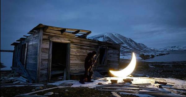 """Mostra sobre relação com a Lua em Londres expõe """"solidão do ..."""