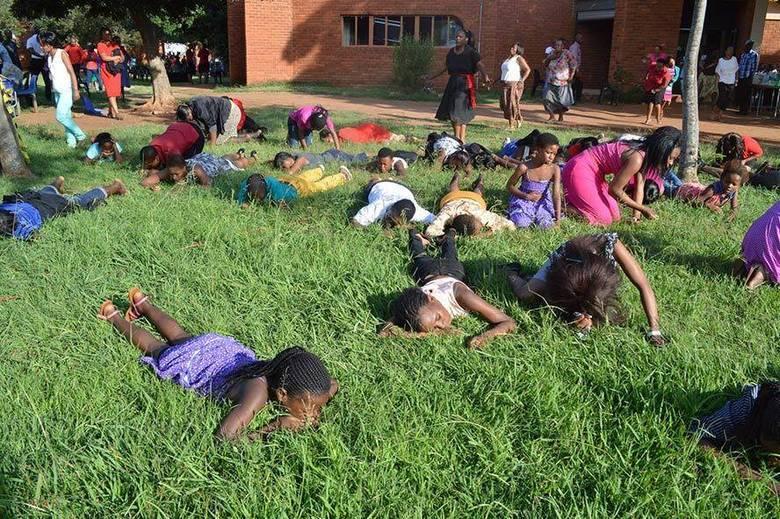 Nas imagens divulgadas pelo Rabboni Centre Ministries no Facebook, é possível notar cerca de 20 mulheres e homens em um gramado comendo a grama do local