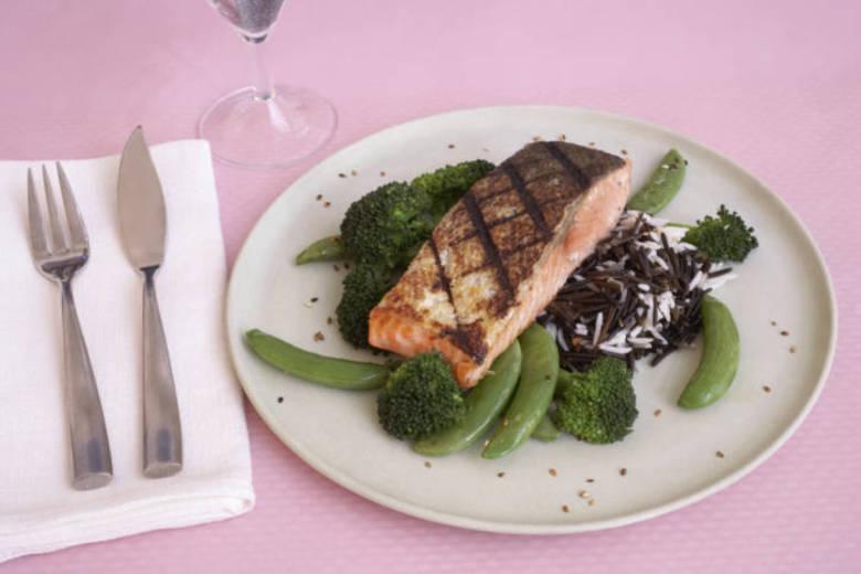 Comer peixe regularmente pode aumentar a expectativa de vida em dois anos