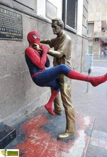 O Homem-Aranha é rápido, mas esse cara conseguiu bater nele sem nem se mexer