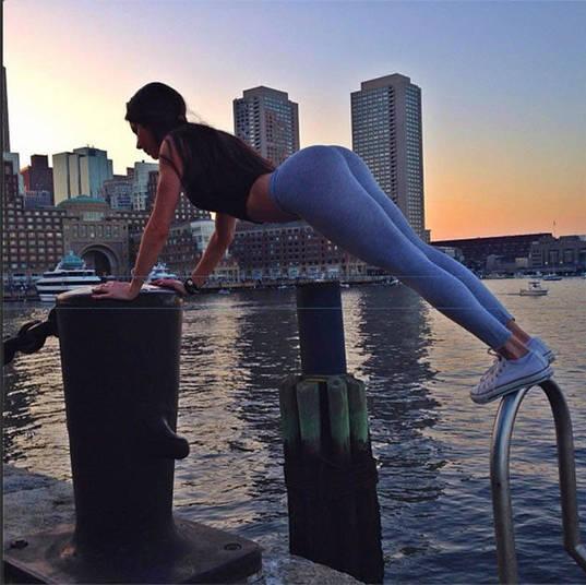 Com essas rotinas, os fãs de Jen agora podem apreciar à beleza da gata, junto a bela paisagem do porto de Boston, por exemplo