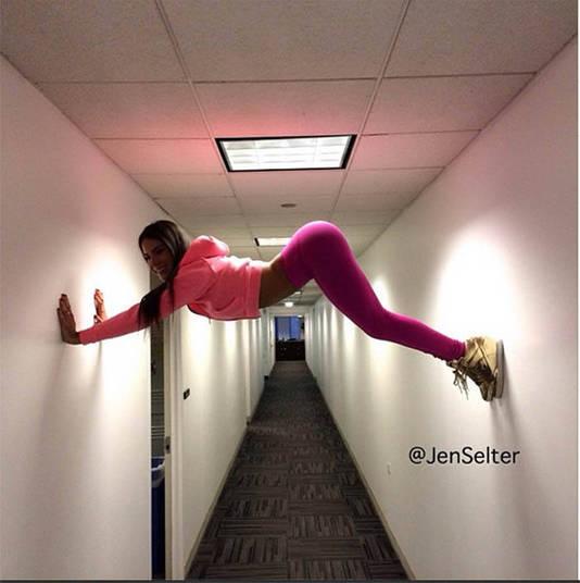 Às vezes, só para quebrar o gelo, Jen mostra alguns exercícios em lugares inusitados