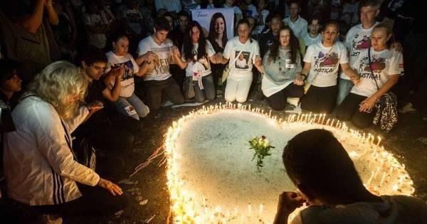 Protesto e homenagens marcam 1 ano da tragédia na boate Kiss ...