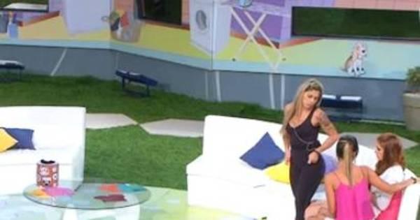 Irritada, Amanda não gosta de ser chamada de fofoqueira por Letícia