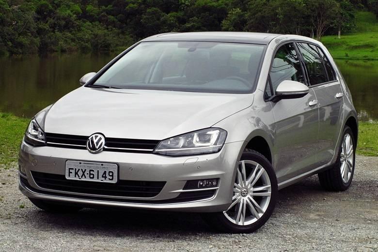 VOLKSWAGEN GOLFPreço no Brasil: R$ 70.360*Preço nos EUA: R$ 46.668 (US$ 19.995)Variação: +51%*O Senado puxou o valor do Golf antigo (4ª geração), que já deixou de ser produzido no Paraná, e o R7 atualizou o cálculo com base no preço atual do novo Golf (7ª geração), lançado no Brasil em setembro de 2013Aceleramos o novo Volkswagen Golf; hatch chega para compensar atraso e ser referência da categoriaEvolução: veja as sete gerações do Volkswagen GolfSaiba tudo sobre carros! AcesseR7.com/carros