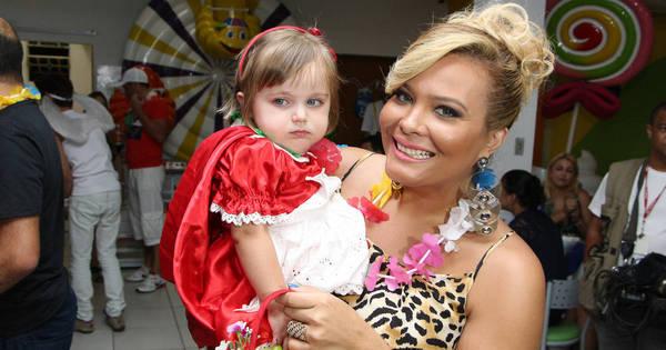 Treinando? Geisy Arruda posa com bebê no colo em festa - Fotos ...