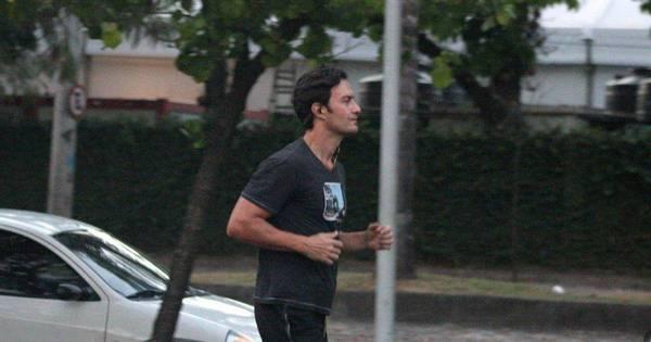 Gabriel Braga Nunes corre na praia antes de estreia em novela ...