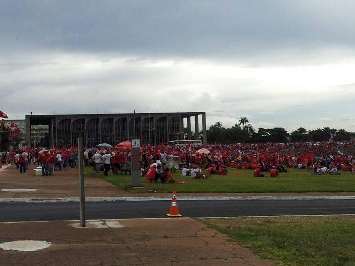 Um conflito entre integrantes do MST (Movimento dos Trabalhadores Sem Terra) e a Polícia Militar foi registrado nesta quarta-feira (12) durante manifestação na Praça dos Três Poderes, em Brasília. Cerca de 15 mil trabalhadores sem terra estão na Esplanada dos Ministérios