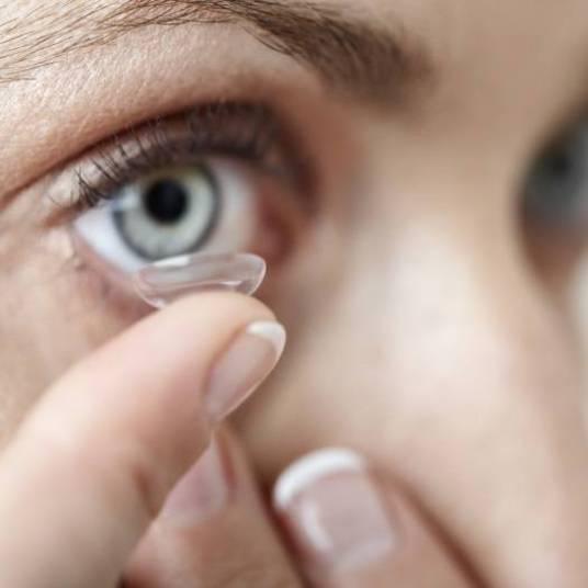 Existe diferença entre lentes rígidas e gelatinosas  Hida explica que as lentes de contato rígidas são feitas de um material duro, que não se molda a superfície do olho, mantendo o seu formato. São indicadas para quaisquer pacientes que gostariam de usar lentes de contato. As lentes de contato rígidas são consideradas as que menos causam problemas de saúde ocular pelo fato de ter alta permeabilidade de oxigênio e acumular menos resíduos (ao contrário do que se imagina), porém, essas lentes incomodam mais nos olhos.  Já as lentes de contato gelatinosas geralmente causam mais problemas oculares pelo fato da permeabilidade ser pior com o decorrer do tempo devido ao acúmulo de resíduos, porém, são muito mais confortáveis do que as duras. Ambas corrigem graus altos tanto de astigmatismo, miopia ou hipermetropia