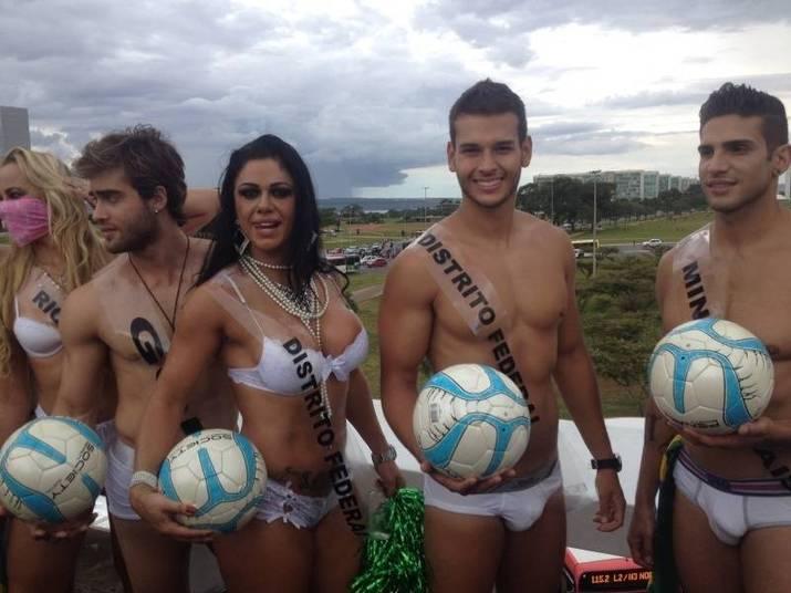 Candidatos do concurso Mister Universo Brasil desfilaram na tarde desta sexta-feira (14) na Rodoviária do Plano Piloto. Os candidatos desfilaram ao lado de modelos que representaram estados brasileiros. O tema do desfile foi a Copa de 2014 e os modelos desfilaram vestindo apenas cuecas e meiõesTexto: Fred Leão
