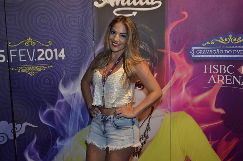 Ex-BBB Anamara botou as pernas de fora para dançar ao show de Anitta