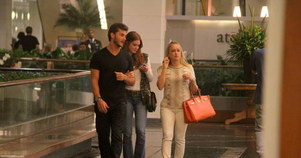 Marina Ruy Barbosa leva a mãe em encontro romântico com ...