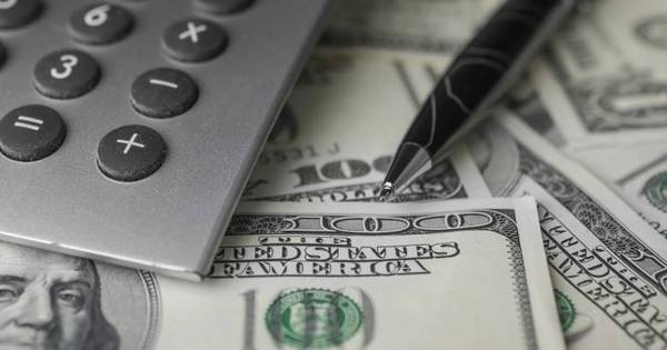 Dólar sobe, interrompe trajetória de cinco quedas seguidas e vale R ...