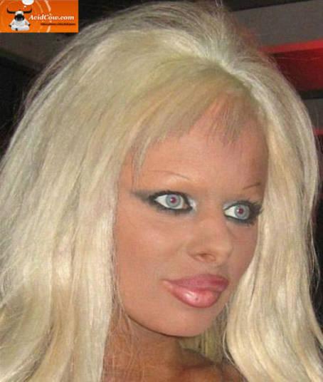 Tá parecendo uma cópia bem mal feita da Barbie humana, né?