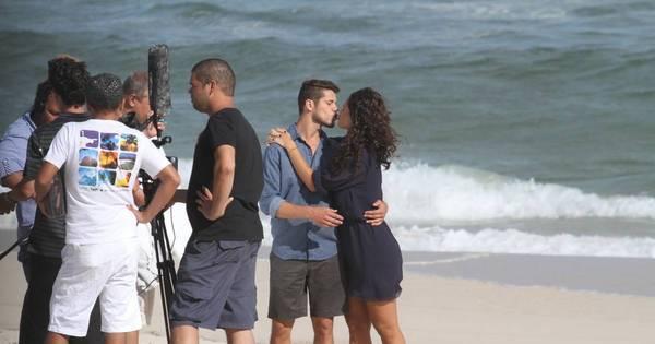 Débora Nascimento e José Loreto trocam beijos em ensaio fotográfico