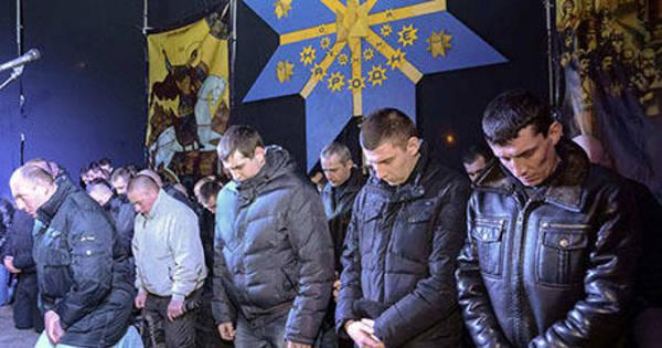 Policiais da tropa de choque ucraniana pedem perdão de joelhos ...