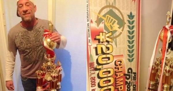 Primeiro campeão peso-pesado do UFC leiloa troféu histórico ...