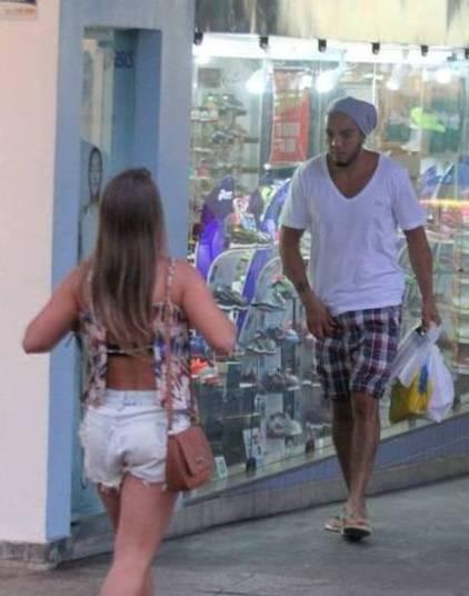 Belo foi visto fazendo compras em um shopping no Rio de Janeiro, e, ao se aproveitar da ausência da mulher, Gracyanne Barbosa, foi flagrado olhando para uma morena que vinha em sua direção