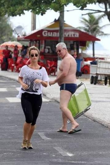 """Juliana Didone, atriz da Record, também levou um """"confere"""". A olhada veio de um tiozão enquanto se exercitava na orla da Barra da Tijuca, no Rio. Assim que passou correndo pelo homem foi admirada por sua excelente forma física"""