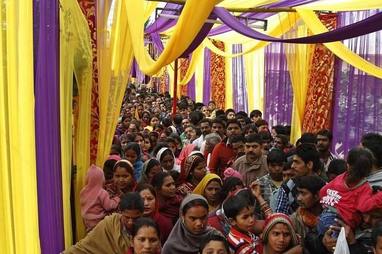 Hinduístas aguardam para entrar no templo onde celebram o festival Shivrati nesta quinta-feira (27). Muitos devotos vêm de diferentes lugares e países para participarem do evento que celebra o deus hindu Shiva