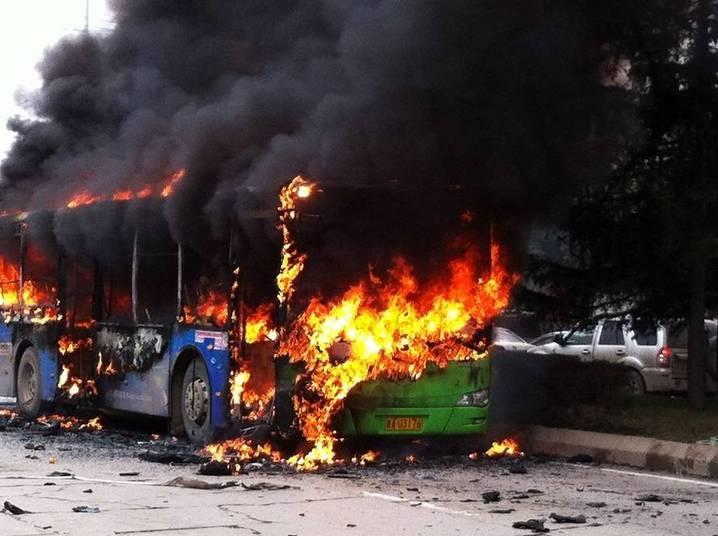 Um ônibus público pegou fogo nesta quinta-feira (27), matando cinco pessoas e ferindo 32, na na província de Guizhou, na China.O ônibus começou a queimar em uma rua de Guiyang pouco depois do meio dia, mas a causa ainda não está clara. As autoridades locais disseram que vão investigar o incidente
