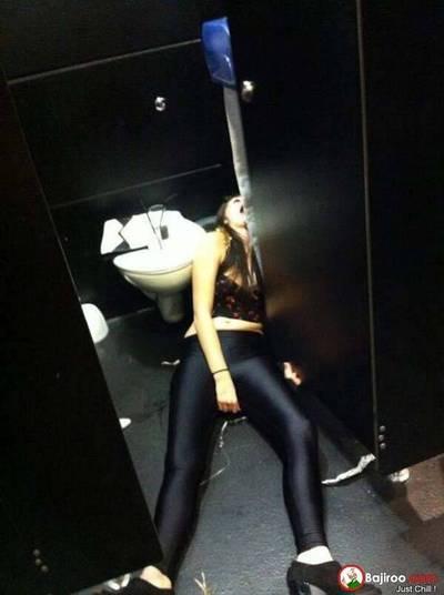 Tá lá um corpo estendido no chão do banheiro!