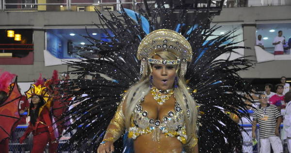 Mulher Filé mostra gordurinhas durante desfile no Rio de Janeiro ...
