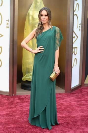 A bela Louise Roe inovou no tapete vermelho com um vestido estilo grego na cor verde