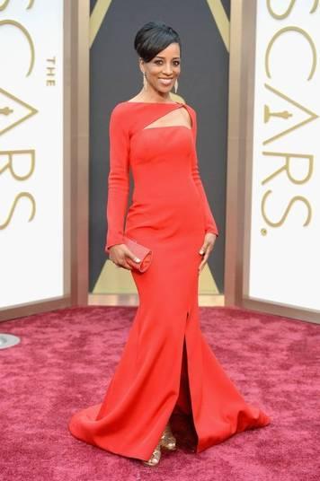 A atriz Shaun Robinson apostou em um vestido vermelho com recorte no colo