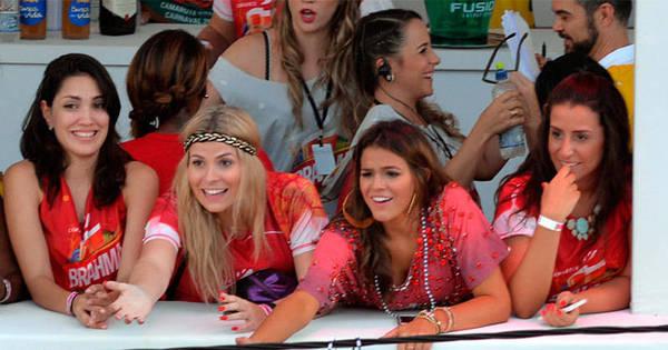 Bruna Marquezine troca colar do Gandhy por beijo no Carnaval de ...