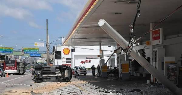 Veículo roubado bate e derruba poste próximo ao aeroporto de ...
