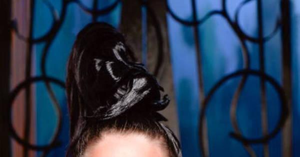Gatinha, mulher-girafa mergulha de cabeça no sucesso. Veja mais ...
