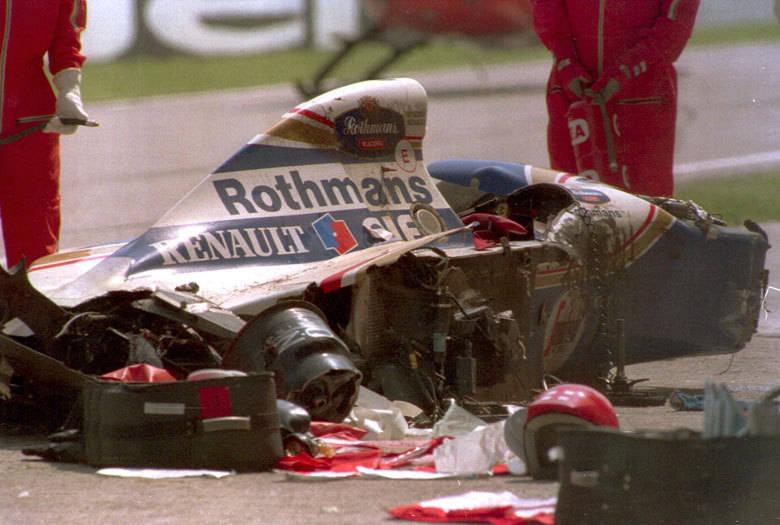 Ayrton Senna teve sua carreira abruptamente interrompida na curva Tamburello, no GP de Ímola, em 1º de maio de 1994. O piloto recém-contratado pela Williams tentava tirar o melhor de um carro que nasceu errado no perigoso circuito italiano. Não deu outra. O brasileiro perdeu a direção na sétima volta e se chocou violentamente contra o muro. O trágico acidente marcou mesmo os que não gostavam de Fórmula 1 e parou o Brasil
