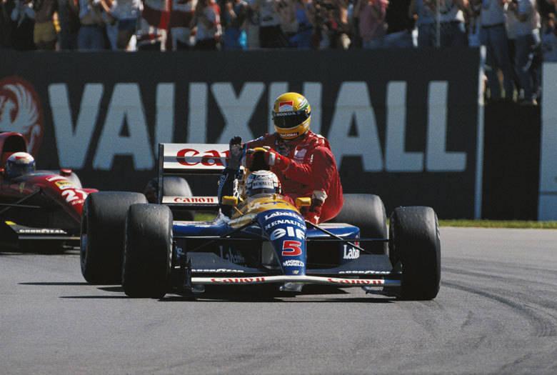 Ayrton Senna e Nigel Mansell protagonizaram uma cena histórica no GP da Inglaterra de 1991. Os dois brigavam pelo título naquela temporada, mas ao fim da prova, o inglês viu o brasileiro parado na pista e ofereceu uma singela carona. Mansell foi o vencedor daquela etapa, mas, Senna foi o campeão da temporada