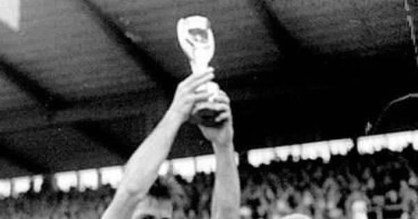 Capitão da seleção brasileira na Copa do Mundo de 1958, Bellini ...