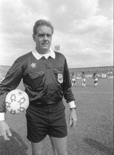 José Roberto Wright apitou a Copa de 1990. Torcedor do Fluminense o  ex-árbitro ficou famoso após um jogo entre Atlético-MG e Flamengo,  quando expulsou cinco jogadores do Galo ainda no primeiro tempo, encerrando a  partida algum tempo depois por falta do número mínimo de jogadores e,  como consequência, eliminando o Atlético da competição